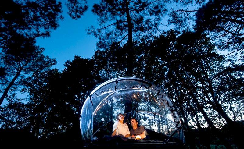 tente bulle au dihan dormir dans une bulle suspendue en bretagne hotels. Black Bedroom Furniture Sets. Home Design Ideas