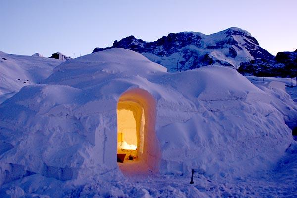 Iglu dorf dormir dans un igloo en suisse hotels for Hotels insolites