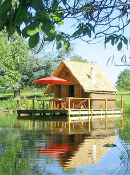 cabanes lacustres du ch teau d 39 ettevaux cabane sur l 39 eau. Black Bedroom Furniture Sets. Home Design Ideas