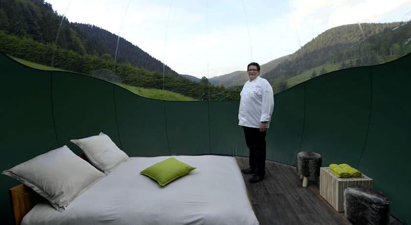 bulles et une nuits nuit insolite sous une bulle l 39 auberge du val joli hotels. Black Bedroom Furniture Sets. Home Design Ideas