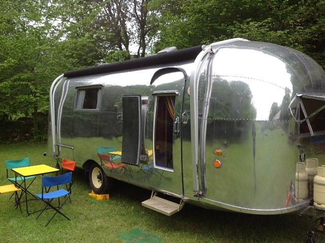 Airstream vintage vacations caravane de luxe dans le for Salon camping car rennes