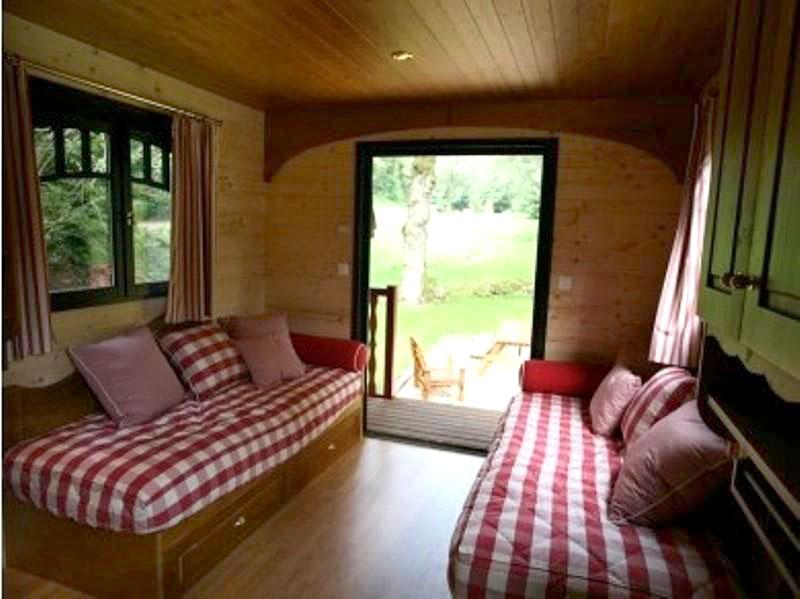 Vall e de pratmeur dormir dans une roulotte hotels for Hotel insolite
