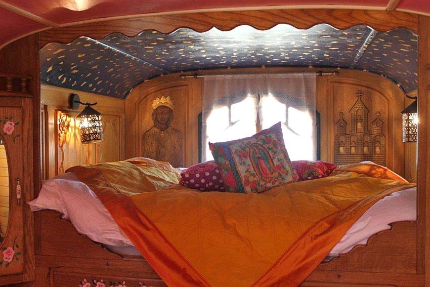 La roulotte les saintes dormir dans une roulotte en for Roulotte decoration