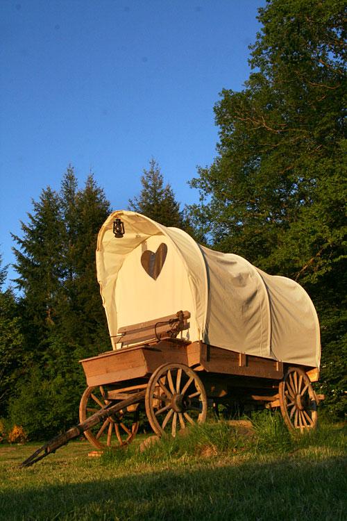 dormir dans un chariot western la ferme aventure lorraine. Black Bedroom Furniture Sets. Home Design Ideas