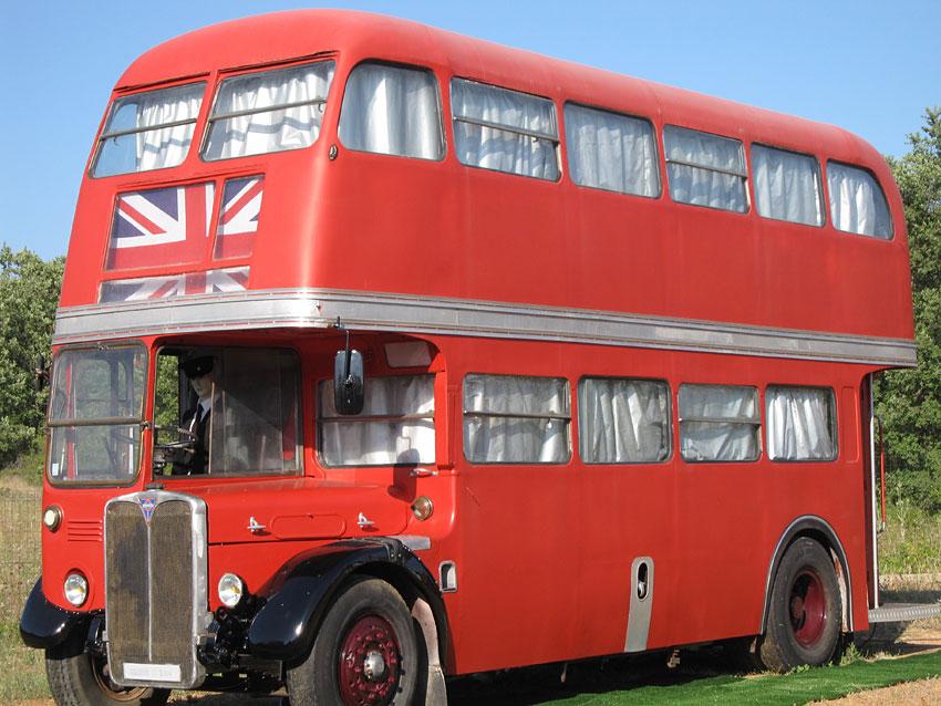bus anglais g te insolite en provence verte. Black Bedroom Furniture Sets. Home Design Ideas