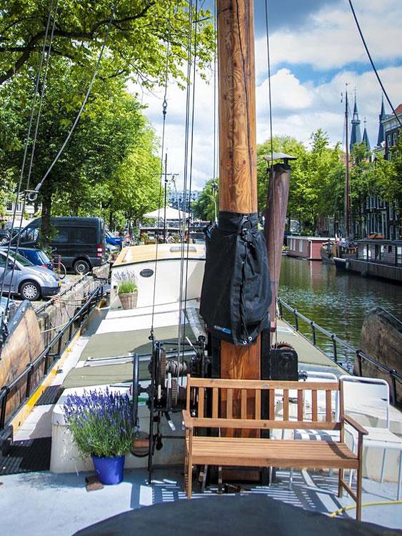 voilier rosa dormir sur un bateau amsterdam. Black Bedroom Furniture Sets. Home Design Ideas