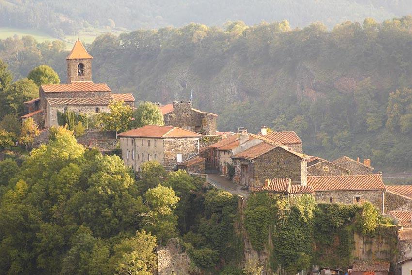 Les deux abbesses village h tel en auvergne hotels for Hotels insolites