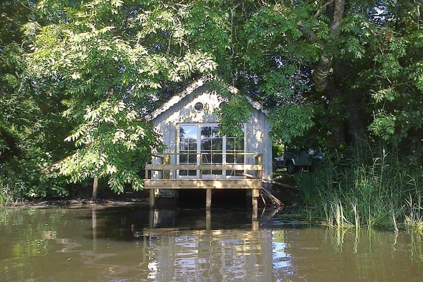 la cabane sur l 39 eau dormir dans un ancien hangar bateau hotels. Black Bedroom Furniture Sets. Home Design Ideas
