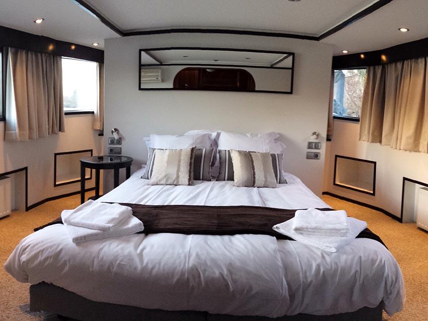 Seine loftboat p niche en r gion parisienne hotels for Hotel romantique region parisienne