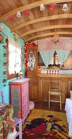dormir dans une roulotte dans le sud de la france hotels. Black Bedroom Furniture Sets. Home Design Ideas